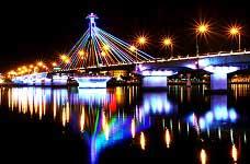 Ngắm nhìn những cây cầu huyền ảo với ánh pha led đổi màu