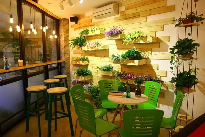 Trang tri quán cafe với đèn dọi ray Opple